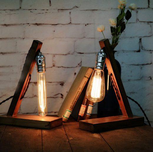 Historické-stolové-svietidlo-v-starodávnom-štýle-vyrobené-z-dreva-určené-na-žiarovku-typu-E271