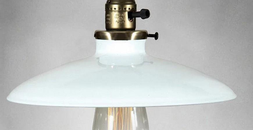 Historické klasické závesné svietidlo s lesklým tienidlom v bielej farbe