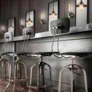 Historické-závesné-svietidlo-s-čiernym-tienidlom-na-žiarovky