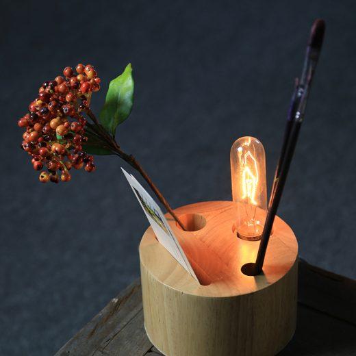 Táto stolová lampa je vyrobená ručne z kvalitného dreva
