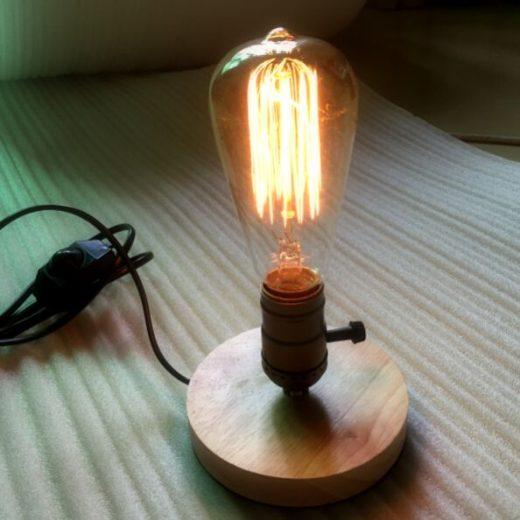 Historické-stolová-lampa-vyrobená-z-dreva-so-stmievačom-na-žiarovku-typu-E27.-Táto-stolová-lampa-je-vyrobená-ručne-z-kvalitného-dreva
