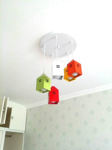 Detské závesné svietidlo v štýle farebných mini domčekov. Detské závesné svietidlo ponúka kreatívny dizajn v štýle mini domčeka.
