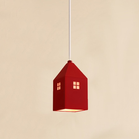 Detské závesné svietidlo v štýle mini domčeka v červenej farbe